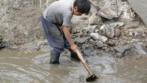 Niño bucador de oro en Colombia
