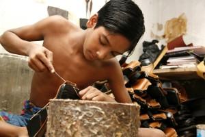 Niño zapatero en Bangladesh