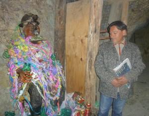 Víctor Montoya junto al Tío de l a mina en Oruro